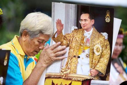 Playboy e festaiolo, il principe della Thailandia non sarà incoronato subito re