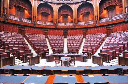 Il Parlamento chiude per ferie, ma all'estero i politici fanno più vacanze